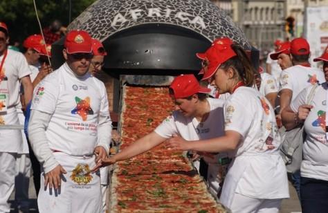ecco-la-pizza-piu-lunga-del-mondo1853-metri-sul-lungomare-di-napoli_7e116886-1d9f-11e6-8c8f-478103b220a9_700_455_big_story_linked_ima